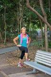 Exercices s'étendants faisants femelles supérieurs dans le jardin images stock