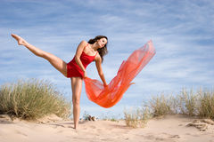 Exercis fêmeas novos bonitos Fotos de Stock Royalty Free