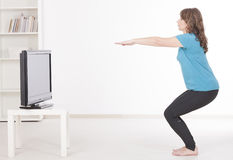 Exercisng женщины на дому стоковые фотографии rf