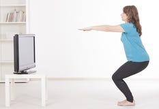 Exercisng de la mujer en casa fotos de archivo libres de regalías