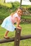 Exercitando a menina de sorriso Foto de Stock Royalty Free