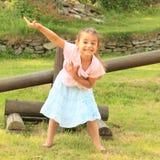 Exercitando a menina de sorriso Fotos de Stock Royalty Free