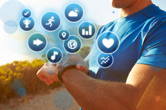 Exercitando o homem que verifica o perseguidor da atividade com os ícones da saúde Imagem de Stock