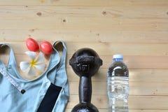 Exercite sapatas do esporte do equipamento, maçã, fita métrica branca, plast Imagens de Stock