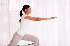 Exericise di pratica di yoga della donna Fotografia Stock