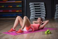 Exersice спорт грациозно женщины практикуя на предпосылке спортзала Симпатичная девушка трясет прессу в спортзале стоковое изображение rf