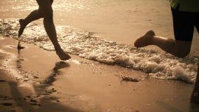 两条孩子腿运行在海滩的,慢动作 影视素材