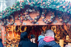 Exeter bożych narodzeń Katedralny rynek - girland I wianków kram Zdjęcie Royalty Free