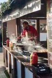 Exeter bożych narodzeń Katedralny rynek - mężczyzna narządzania jedzenie A Fotografia Royalty Free
