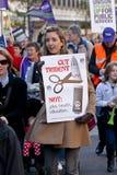 Exeter, het UK. 30 Nov., 2011. De vrouw houdt een aanplakbiljet Stock Afbeelding