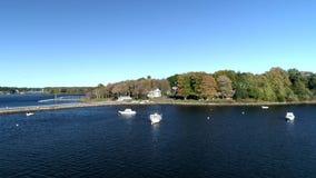 Exeter, New Hampshire Powietrzny truteń - Lata Nad jeziorem W kierunku łodzi i Domowego 4K - 20181016 - zbiory wideo