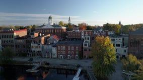 Exeter, New Hampshire Powietrzny truteń - Lata Nad Odzwierciedlającym jeziorem W kierunku miasteczka 4K - 20181014 - zdjęcie wideo