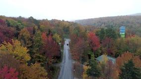 Exeter, Vermont - 20181008 - Luchthommel - Vlieg over Boom Gevoerde Weg in Daling van Vermont stock videobeelden