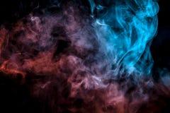 Exhaled kolumna iluminująca z błękita i menchii światłem opary wyparowywa w cienkich strumieniach przeciw czarnemu tłu jako ono ilustracji