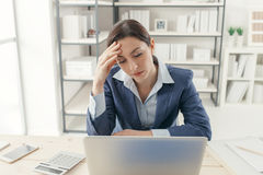 Exhausted businesswoman in the office Royalty Free Stock Photos