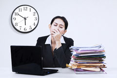 Exhausted businesswoman yawning at office 1 Royalty Free Stock Images