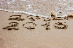 2016 exhaustos en la arena en la playa Imagen de archivo libre de regalías