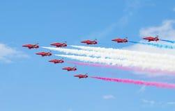 Exhibición aeroacrobacia de Royal Air Force de las flechas rojas sobre la bahía de Tallinn en 23 06 2014 imagenes de archivo