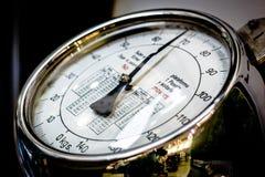 Exhibición análoga de la escala del peso Foto de archivo libre de regalías