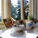 Exhibición antigua con Crisco, bol grande, libro de la cocina de la receta imagen de archivo