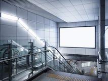 Exhibición ascendente de la mofa de la señalización de la bandera de la cartelera en subterráneo con la escalera móvil fotos de archivo libres de regalías