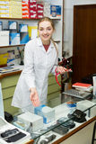 Exhibición cercana del doctor con los productos ortopédicos Imagen de archivo