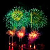 Exhibición coloreada de los fuegos artificiales en fondo oscuro del cielo Fotos de archivo