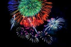 Exhibición coloreada de los fuegos artificiales en fondo oscuro del cielo Fotografía de archivo libre de regalías
