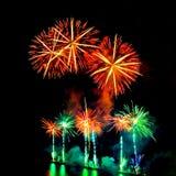Exhibición coloreada de los fuegos artificiales en fondo oscuro del cielo Foto de archivo libre de regalías