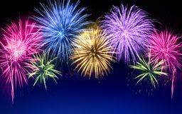 Exhibición colorida de los fuegos artificiales en azul Imágenes de archivo libres de regalías