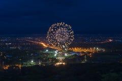 Exhibición colorida de los fuegos artificiales en Chiangmai Imagen de archivo libre de regalías