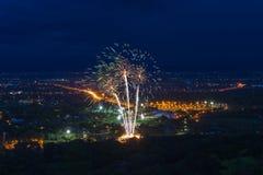Exhibición colorida de los fuegos artificiales en Chiangmai Imagenes de archivo