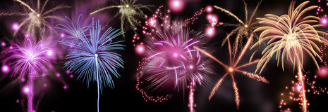 Exhibición colorida de los fuegos artificiales en un cielo nocturno Imagen de archivo