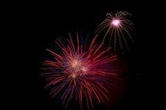 Exhibición colorida de los fuegos artificiales que forma un fondo Fotos de archivo libres de regalías