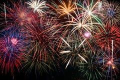 Exhibición colorida de los fuegos artificiales que forma un fondo Imagen de archivo libre de regalías