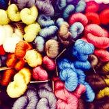 Exhibición colorida de los hilos de la seda para tejer Imágenes de archivo libres de regalías