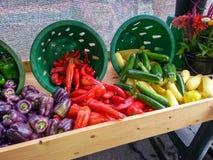 Exhibición colorida de pimientas en el mercado VA de los granjeros Imagen de archivo