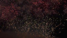 Exhibición colorida hermosa de los fuegos artificiales para la celebración en el fondo negro, vídeo de la cantidad de la acción d almacen de metraje de vídeo