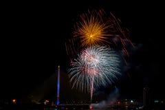 Exhibición colorida hermosa del fuego artificial para la celebración nuevo YE feliz Fotografía de archivo