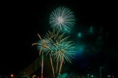 Exhibición colorida hermosa del fuego artificial para la celebración nuevo YE feliz Imagen de archivo libre de regalías