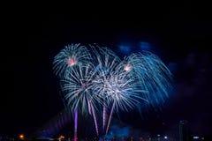 Exhibición colorida hermosa del fuego artificial para la celebración nuevo YE feliz Foto de archivo libre de regalías