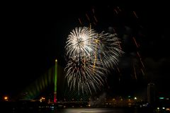 Exhibición colorida hermosa del fuego artificial para la celebración nuevo YE feliz Imagen de archivo