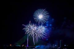 Exhibición colorida hermosa del fuego artificial para la celebración nuevo YE feliz Fotos de archivo
