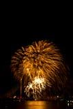 Exhibición colorida hermosa del fuego artificial para la celebración nuevo YE feliz Fotografía de archivo libre de regalías