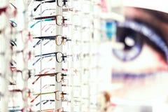 Exhibición con diversos modelos del desgaste del ojo Imagen de archivo
