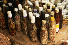 Exhibición de botellas con en el pequeño pueblo, península de Samana, República Dominicana Fotografía de archivo libre de regalías