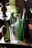 Exhibición de botellas viejas en la tabla de madera Imagen de archivo