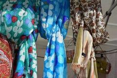 Exhibición de bufandas de seda coloreadas fotos de archivo libres de regalías