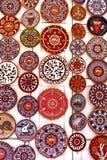 Exhibición de cerámica brillantemente coloreada de las placas Fotos de archivo libres de regalías