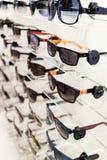 Exhibición de diversas gafas de sol Foto de archivo libre de regalías